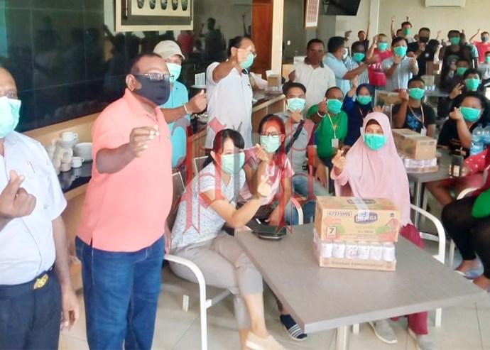Keluarga besar Paguyuban BP Indonesia, saat menyerahkan bantuan kepada garda terdepan penanganan Covid-19 Kota Sorong. PbP/JEF