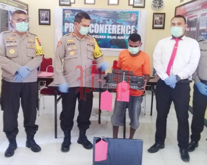 Pelaku pencurian alat elektronik saat menunjukan barang bukti dalam press release di Mapolres Raja Ampat. PbP/TLS