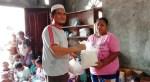 Penyerahan bantuan makanan oleh anggota DPR PB. PbP/JOY
