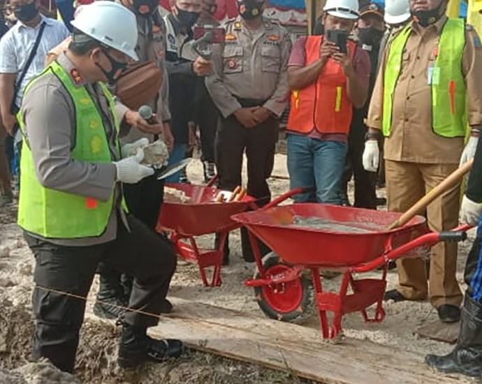 Kapolda PB Irjen Pol Dr. Tornagogo Sihombing, S.Ik,M.Si letakan batu pertama pembangunan Mako Polres Sorsel, kemarin. PbP/EA