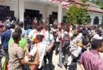 Aksi Damai Pencaker di Halaman Kantor BK-SDM Raja Ampat, Kamis (30/7). PbP/TLS