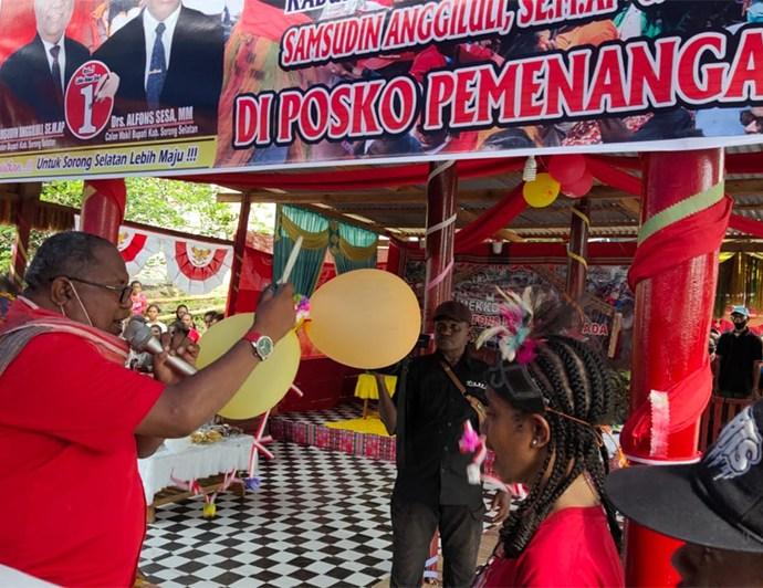 Pasangan SAMSON ketika meresmikan posko kemenangan di Kampung B, Teminabuan, Kamis (22/10). PbP/GPS