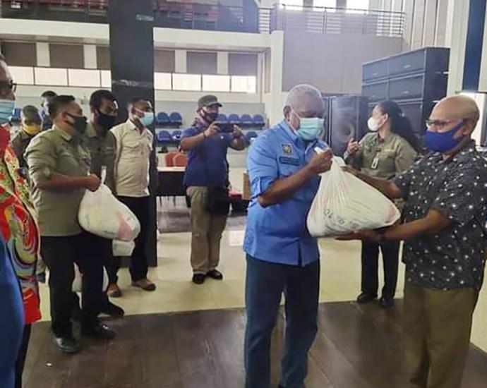 Gubernur Papua Barat Drs Dominggus Mandacan menyerahkan bantuan JPS tahap II kepada perwakilan lembaga keagamaan di GSG Kabupaten Teluk Bintuni, Sabtu (14/11). PbP/ARS