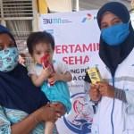 Ibu dan anak sedang mendapatkan layanan program Pertaminan Sehati. PbP/EKA