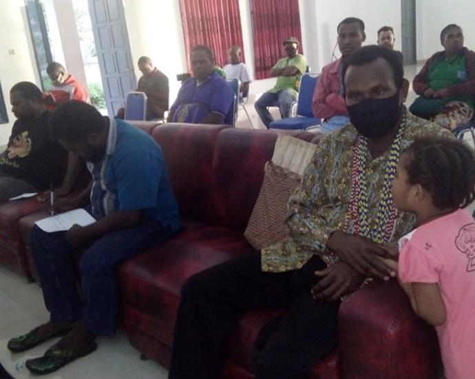 Ketua Lembaga Masyarakat Adat (LMA) Malamoi Silas O. Kalami, S.Sos.,MA (masker hitam) saat menghadiri salah satu pertemuan dengan warga Malamoi, belum lama ini. PbP/JOY