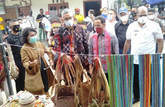 Mas Nasdiem menerima cendra mata dari Sanggar Seni Nani Bili Kota Sorong. PbP/JVN