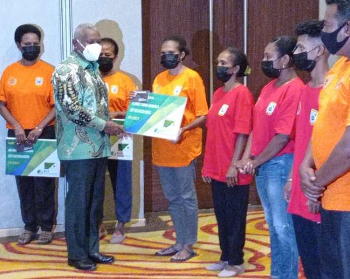 Gubernur Papua Barat serahkan bantuan tali asih. Foto: EKA