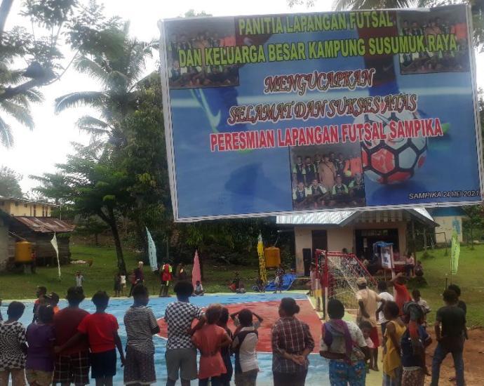 Caption: Lapangan Futsal di Kampung Sampika akhirnya diresmikan, Senin, (24/5). Foto: PbP/ESE