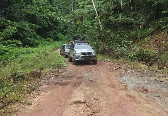 Tampak kondisi ruas jalan Miyah-Fef Kabupaten Tambrauw masih beralaskan tanah. Foto: Istimewa
