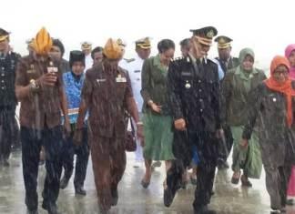 Danlantamal XIV/Sorong, Brigjen (Mar) Amir Faisol.S.Sos, bersama Wakil Walikota Sorong, Pahima Iskandar, dan peserta upacara lainnya jalankan tabur buga Hari Pahlawan di tengah guyran hujan deras.