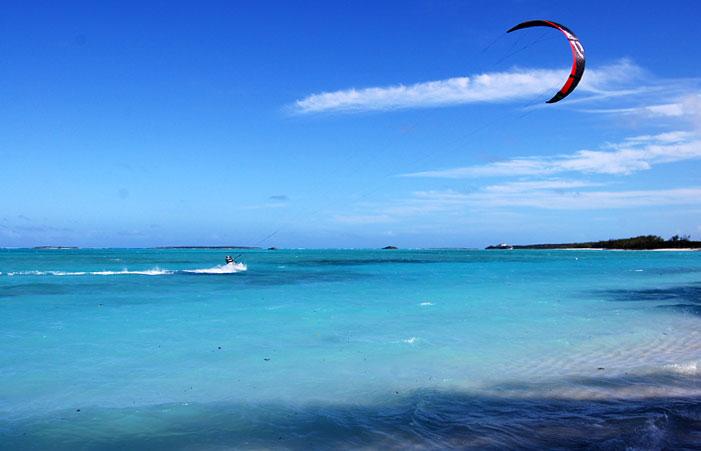 begginer learning kite surf in exuma