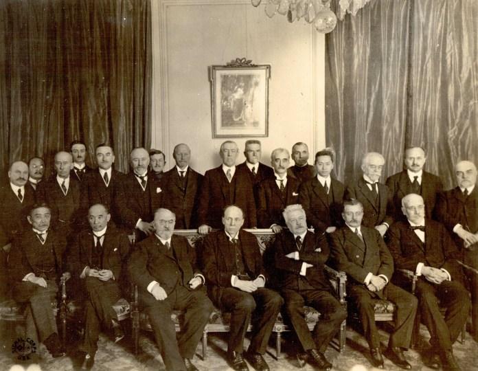 Fotografia uczestników konferencji pokojowej w Paryżu. Roman Dmowski stoi piąty od lewej strony, luty-kwiecień AD 1919
