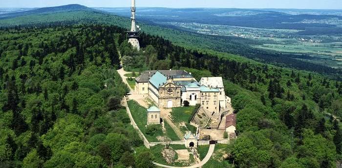 https://i1.wp.com/parafiaraclawice.pl/wp-content/uploads/2016/09/klasztor.jpg