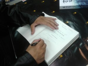 Raphael Draccon autografando meu Caçadores de Bruxas *o*