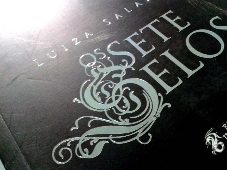 (3) exemplo de hot stamping na capa do livro Os Sete Selos de Luiza Salazar
