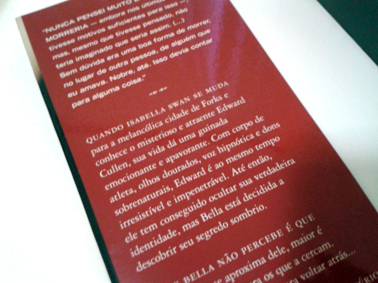 (8) exemplo de orelha esquerda com quote e sinopse da história. Crepúsculo de Stephenie Meyer.