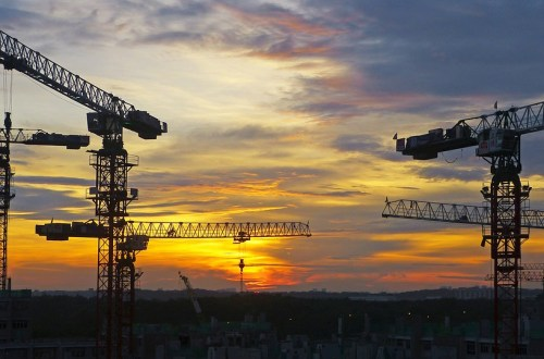 Construction grues coucher de soleil