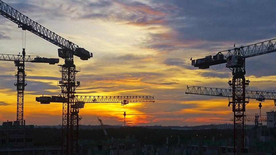Construction grues coucher de soleil