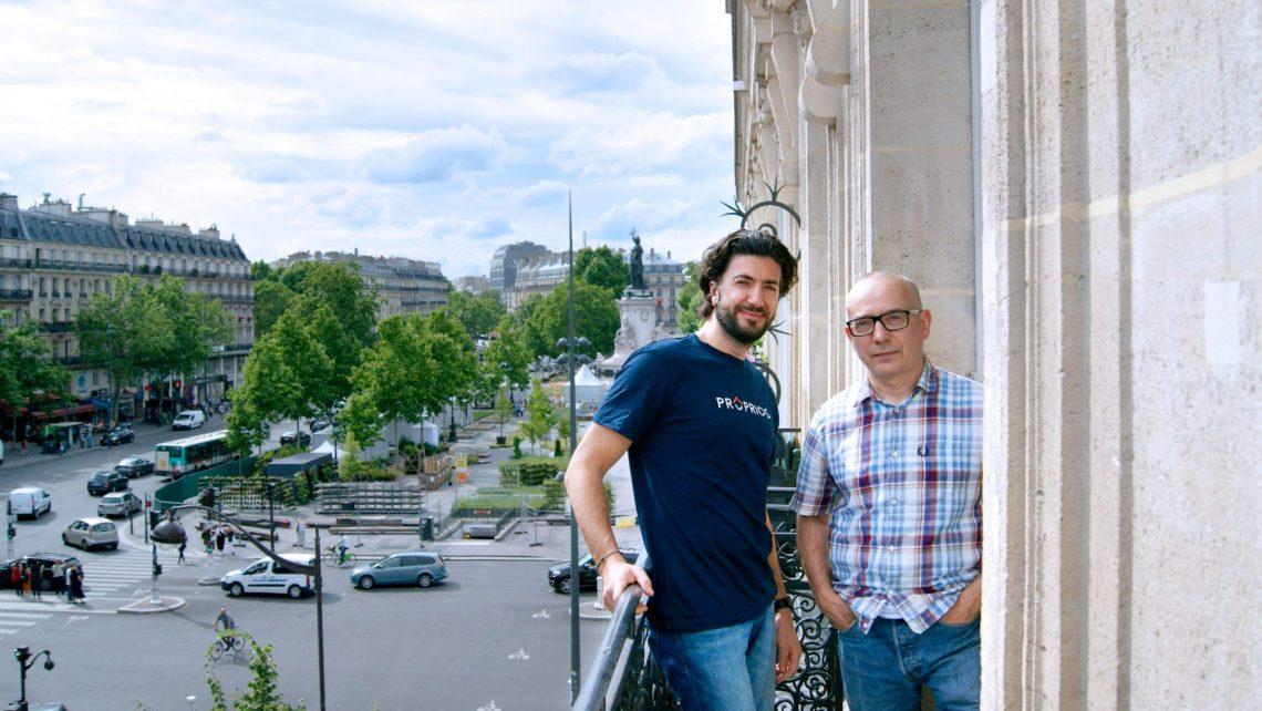 le propriétaire de l'appartement haussmannien accompagné d'un consultant proprioo sur le balcon