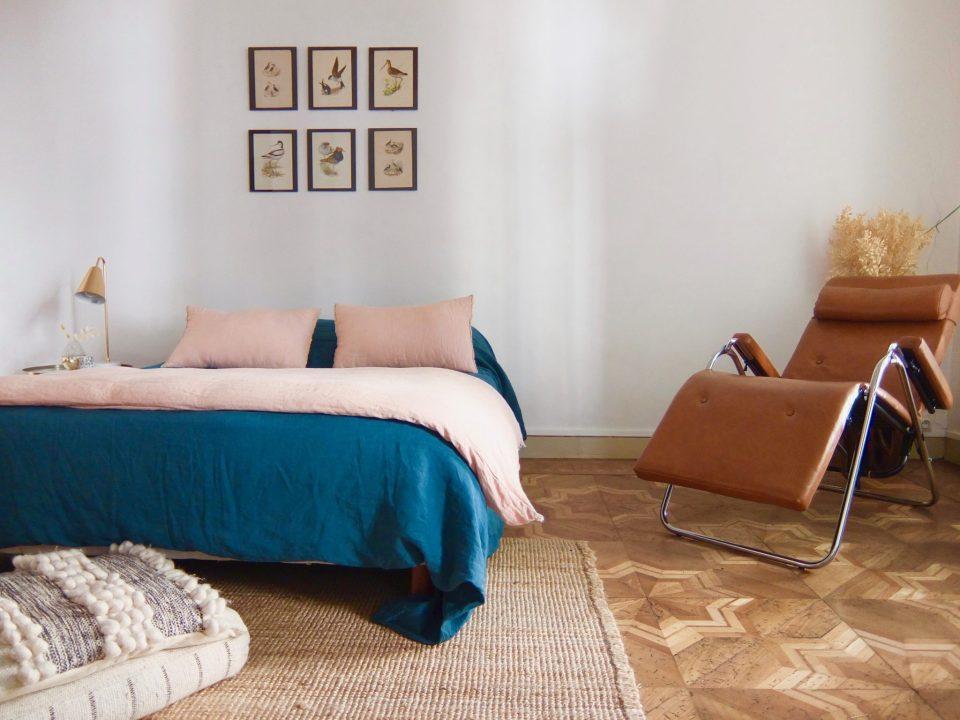 chambre avec lit double bleu
