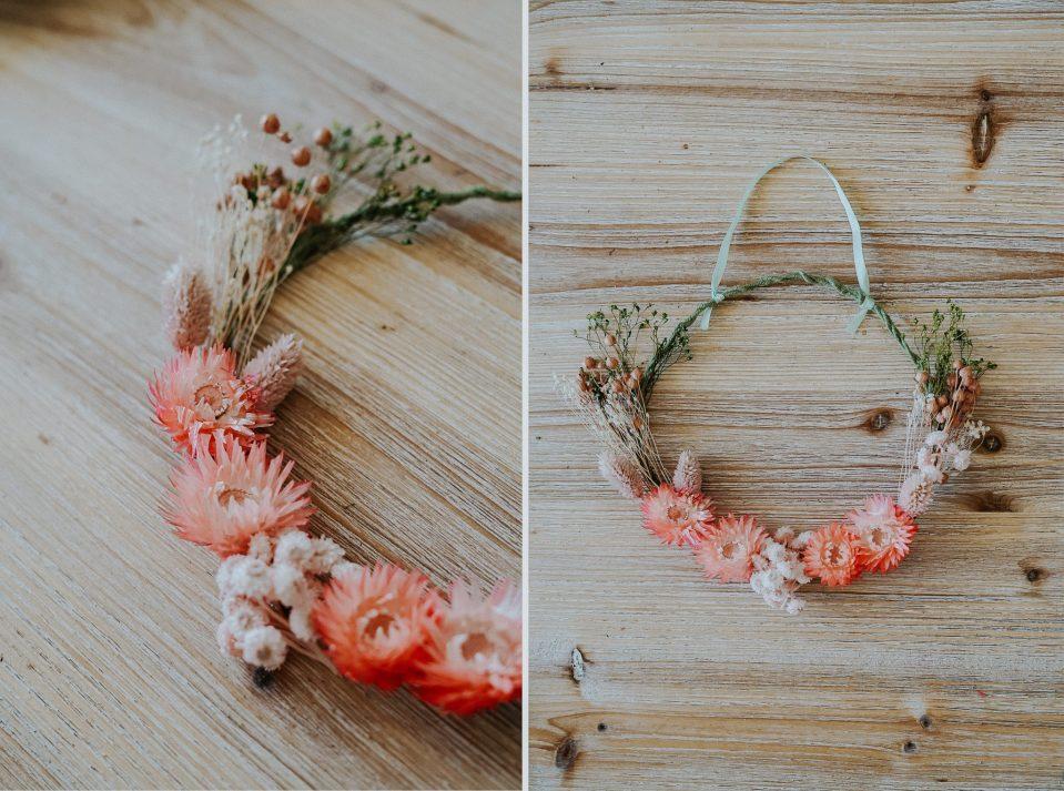 Détails de la couronne décorative avec fleurs séchées rosées