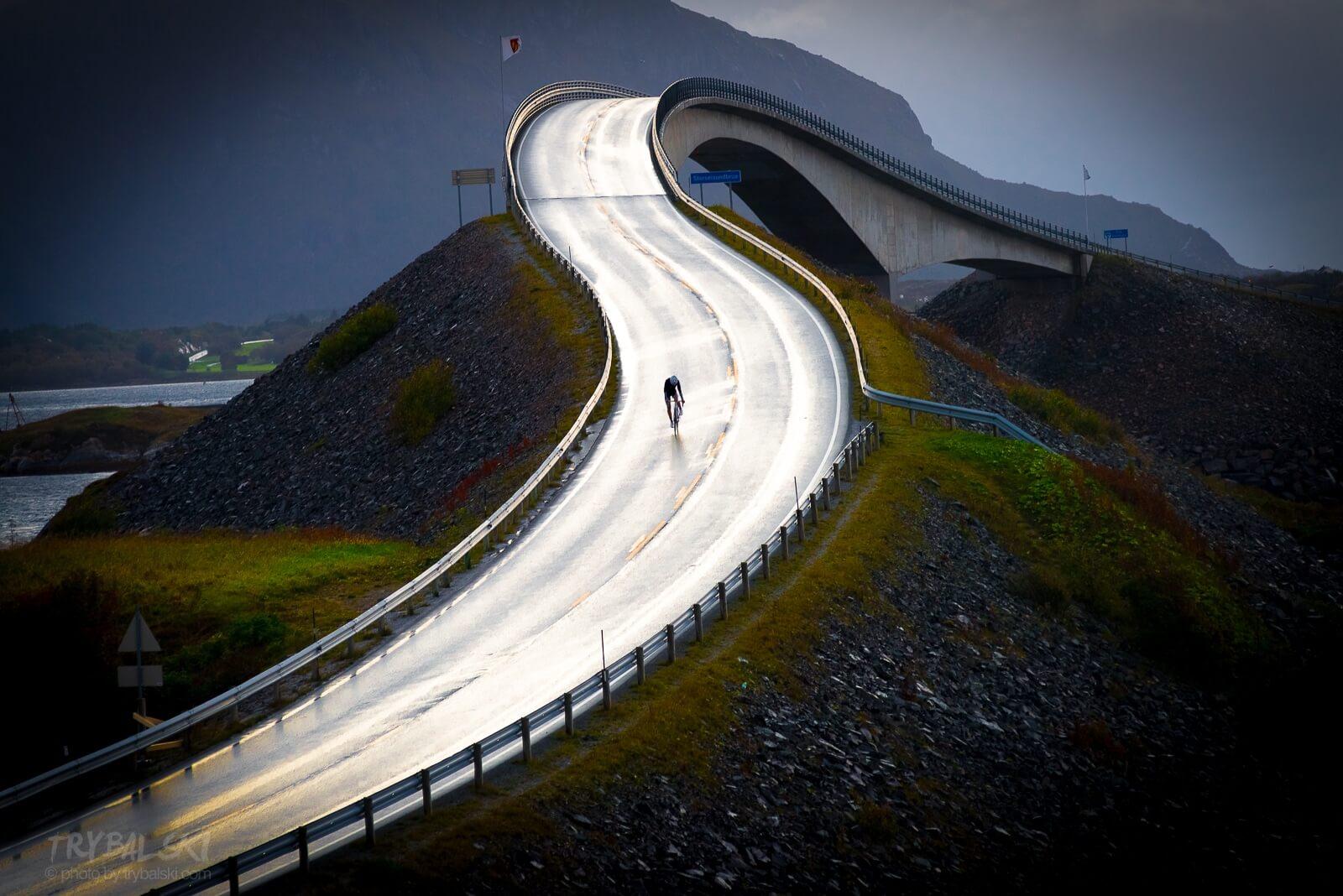 Kolarz pokonuje słynny most na nie mniej słynnej Atlantic Road w Norwegii (zdjęcie ze zwycięskiej serii fotografii w konkursie Travel Photographer of The Year)