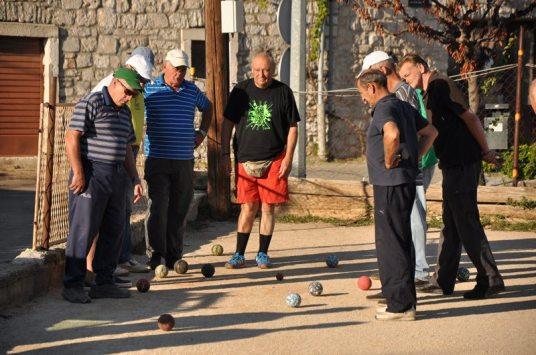 Niedzielne popołudnie - wszystkie dziadki z miasteczka grają w bule. Jak oni krzyczą! Jak się emocjonują! Obok stoi 5l domowego wina, a atmosfera jest radosna i przyjazna. Kiedy tak będzie w Polsce?