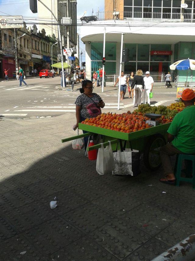 Sem fiscalização da PMJP, ambulantes transformam calçadas em feiras livres