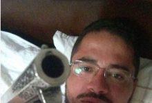 Padre pede desculpas após postar foto com arma nas redes sociais