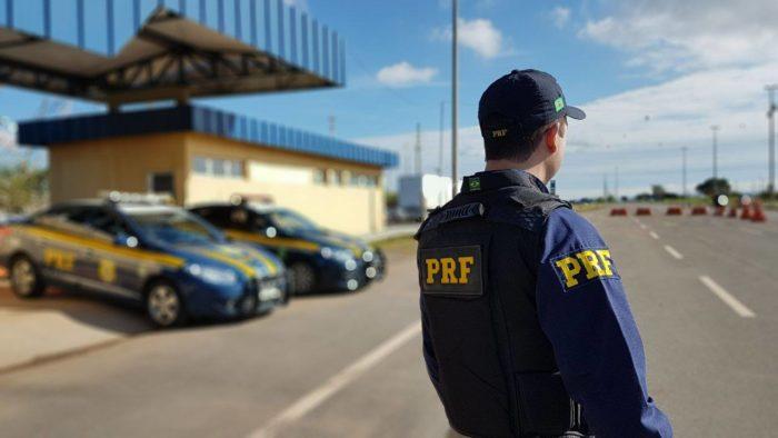 Após perseguição, PRF prende dupla com armas e carro roubado em Alhandra