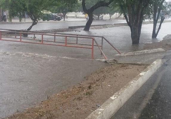 Sem drenagem, ruas de CG ficam completamente alagadas; veja