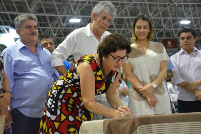 Márcia Lucena e Ricardo assinam convênio para reforma do Mercado Púbico de Conde