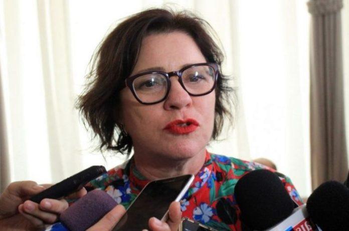 Prefeita do Conde assina contrato para realização de terraplanagem em ruas sem pavimentação