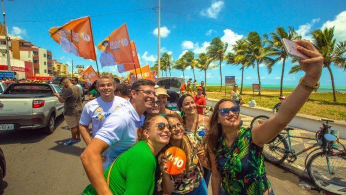 Adesivaço em 5 bairros reúne centenas de pessoas em apoio a Vitor Hugo