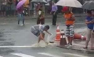 Frequentadores do Terminal de Integração de JP 'pescam' peixes no asfalto; veja vídeo