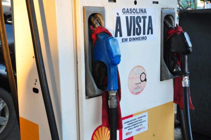 Petrobras anuncia 7º reajuste do mês no preço da gasolina; diesel cai