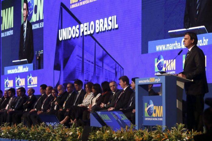 Paraibano toca e canta para Bolsonaro na abertura da Marcha dos Prefeitos