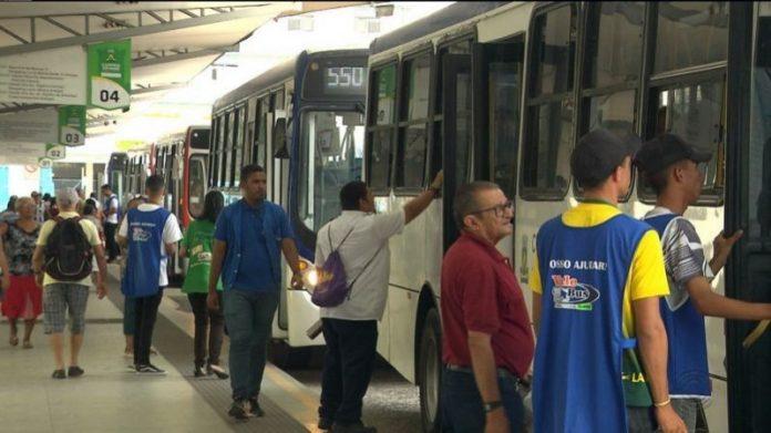 Passageiros são obrigados a pular catracas nos ônibus de CG; veja vídeos