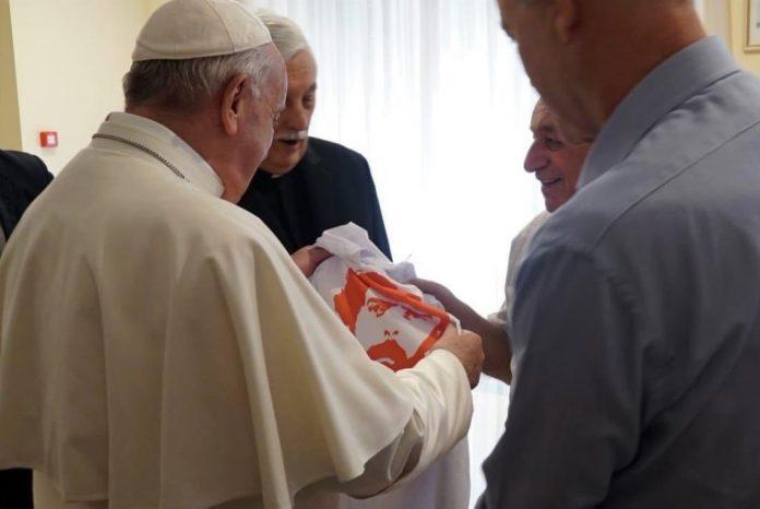 Papa Francisco recebe camiseta que prega a liberdade do ex-presidente