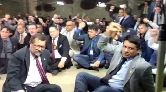"""Aos gritos, policiais fazem protesto e chamam Bolsonaro de """"traidor"""""""