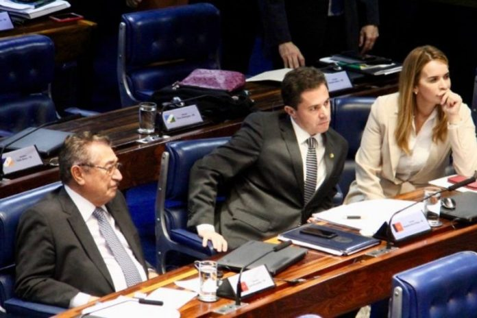 Justiça acata ação do MPF e manda reduzir salário de senador paraibano