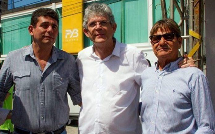 Ex-auxiliar de Ricardo Coutinho morre após sofre infarto dentro de avião