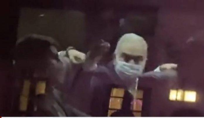 Vídeo: Queiroga faz gesto obsceno para manifestantes anti-Bolsonaro em NY