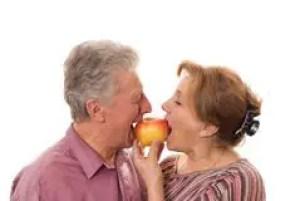 Casal comendo maçã