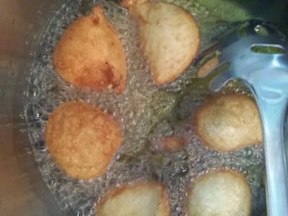 bolinho-de-chuva-fritando