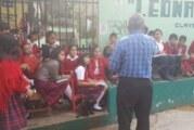 Maestro se opone al paro de la CNTE y da clases afuera de una primaria en Oaxaca