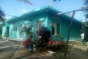 Pintan fachadas de viviendas humildes en Tomatlán