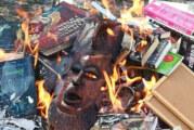 Sacerdotes católicos hacen quema de libros de Harry Potter para combatir la magia