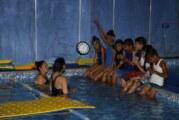 Brindan a pequeños la oportunidad de aprender natación