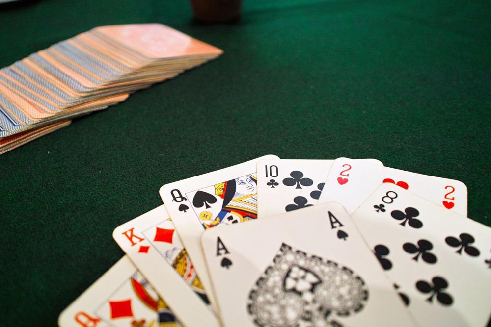 τα ραντεβού είναι σαν το πόκερ. βγαίνω με μια κοπέλα με άσχημα πόδια.